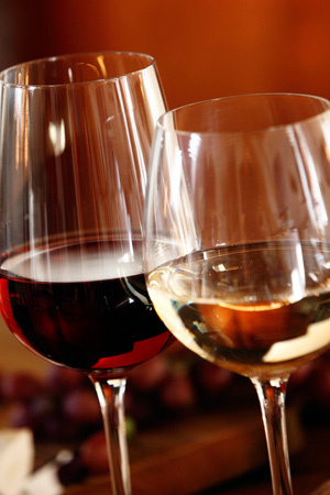 Elegant glasses of red and white wine. Fotolia: exclusive-design.