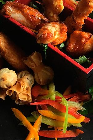 Fingerfood Variation mit Garnelen, Chicken Wings, Frühlingsrollen, Käse. Fotografin: Yvonne Kornas.