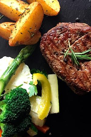farry Speisen: Steak mit Rosmarinkartoffeln und Gemüse der Saison. Fotografin: Yvonne Kornas.