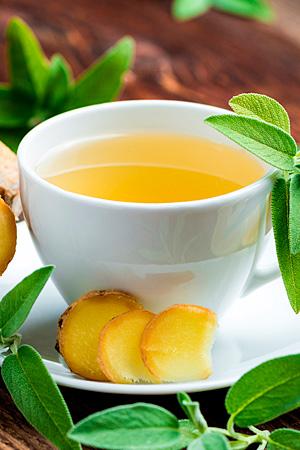 Tasse Tee mit Ingwer, Melisse und Zitrone. Fotolia: Hetizia.
